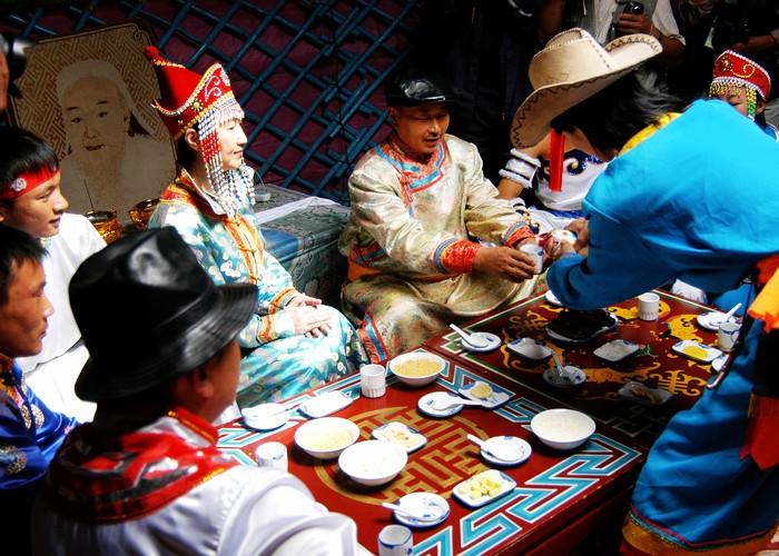 敬酒是蒙古族人民招待客人时的最隆重环节
