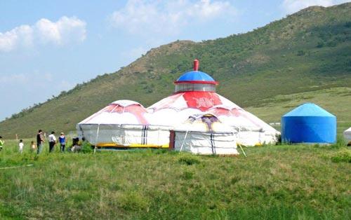 草原游就要在蒙古包大口喝酒大口吃肉
